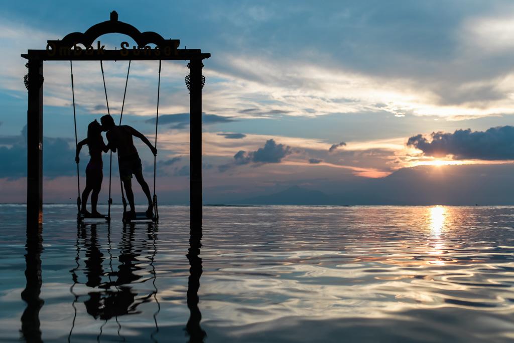 海の上のカップル