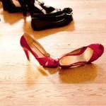 女性赤い靴黒い靴
