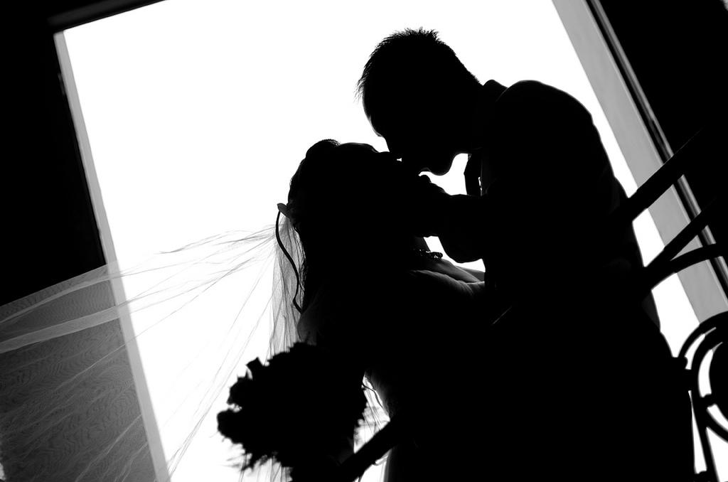 結婚式シルエット新郎新婦ラブラブ